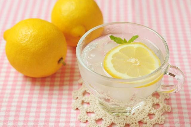 モデルたちもやってる♪夜コップ1杯のレモン水ダイエットが効果抜群!
